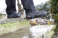 Sogenannte Schuh-Spikes sorgen für mehr Sicherheit auf nassen oder vereisten Stufen. Foto: djd/Supergrip Antirutsch/RioPatuca Images-Fotolia