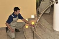 Eine Anti-Rutsch-Behandlung ist einfach, sauber, preiswert und wirkt sofort. Foto: djd/Supergrip Antirutsch