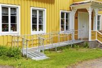 Zu jeder Rollstuhl-Rampe gehört das passende Sicherheitsgeländer. Foto: djd/Volaris/Pia Nordlander