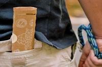 Kaum größer als ein Handy, passen die gefalteten Kartons in jede Hosentasche. Foto: djd/the poopick/Maurice Rieger