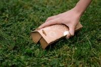 Einfach zu einer kleinen Box zusammengesteckt, lässt sich das Häufchen wie mit einem Greifer aufnehmen. Foto: djd/the poopick/Maurice Rieger