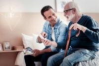 Liebevoll und geduldig - Unterstützung beim Umgang mit Demenzpatienten bekommen Angehörige jetzt auch über die Krankenkassen. Foto: djd/IKK classic/Getty Images/Zinkevych