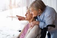 In Deutschland leben rund 1,7 Millionen Menschen mit Demenz - viele davon im Kreis ihrer Familie. Foto: djd/IKK classic/Getty Images/Halfpoint