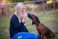 Nicht nur Menschen naschen gern. Auch Hunde lieben es, ab und zu mit einem Leckerchen überrascht zu werden. Foto: djd/Christopherus