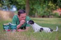 Rund 5,6 Millionen Hundebesitzer verwöhnen ihren Vierbeiner mehrmals die Woche mit Hundesnacks.  Foto: djd/Christopherus