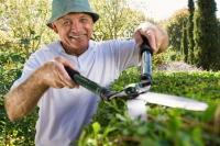 Vorsicht bei der Gartenarbeit: Scharfe Klingen sollten immer vom Körper weggehalten werden.  - Foto: djd/Hermes Arzneimittel/Getty Images