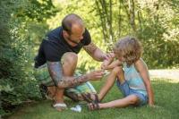 Aufgeschürft? Offene Wunden sollten sofort fachgerecht gereinigt, desinfiziert und verbunden werden. - Foto: djd/Hermes Arzneimittel/Shutterstock/Brendan Delany