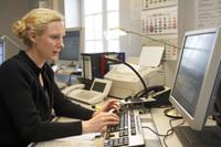 <small>inKontakt-Mitarbeiterin Anja Goronttzy kann im Computer der Hausnotruf-Zentrale sofort die Medikamente nachschauen, die ein Kunde im Ernstfall brauchen würde. <br>Foto: Werner Krüper</small>